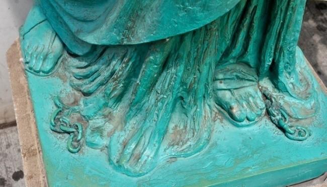 2. Pęknięty łańcuch u stóp Statuy Wolności