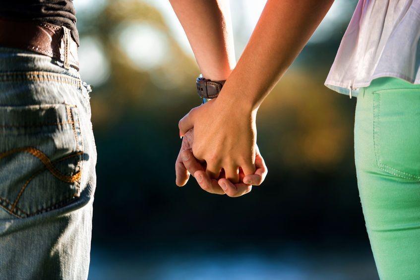 3. Chodzicie na spacery, trzymając się za rękę