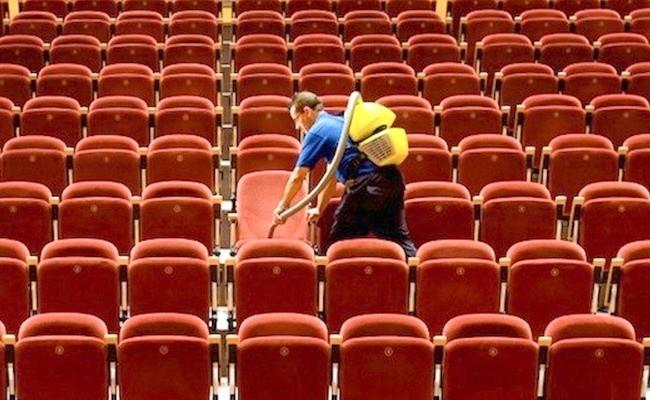 1. Pracownicy nie czyszczą sal kinowych dokładnie, ze względu na brak czasu.