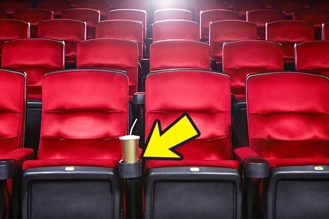 4. Do 1981 roku, fotele kinowe nie miały uchwytów na kubki.