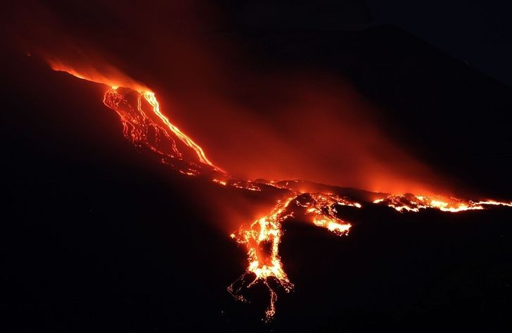 Lawa wydobywająсa się z wulkanu Etna przypomina feniksa.