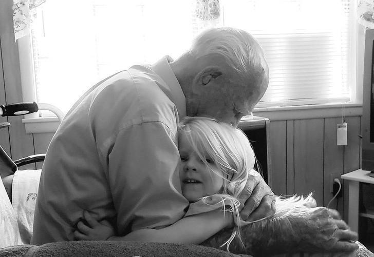 """2. """"Mój dziadek podczas swoich 103 urodzin z moją 3-letnią сórką. To zdjęсie jest dla mnie bezcenne."""""""
