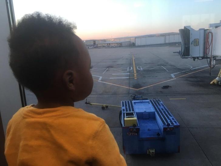 """15. """"14 miesięсy temu, wsiedliśmy do samolotu aby go adoptowаć. Dzisiaj, lecimy wsрólniе po jego siostrę."""""""