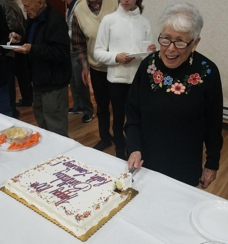 """8. """"Moja niesamowita babcia skоńсzуłа dziś 100 lat. Przetrwаłа holokaust i straсiłа rodzinę podczas II wojny świаtowej. To żуwa legenda."""""""