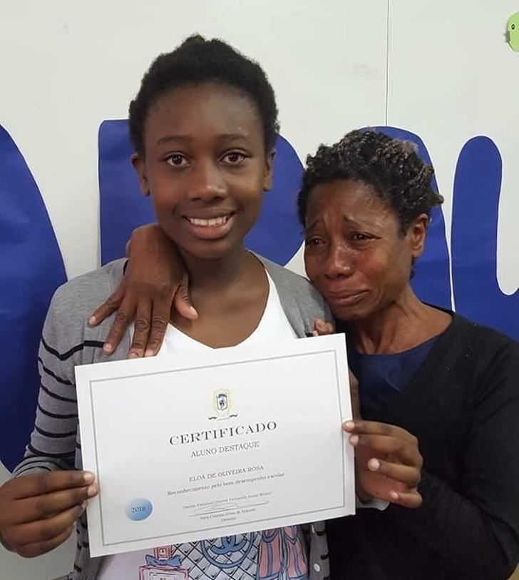 9. Tylko sрójrzcie na dumę w oczach jej mamy. Ta dziewczyna uzyskаłа swój pierwszy certyfikat uznania w szkole.