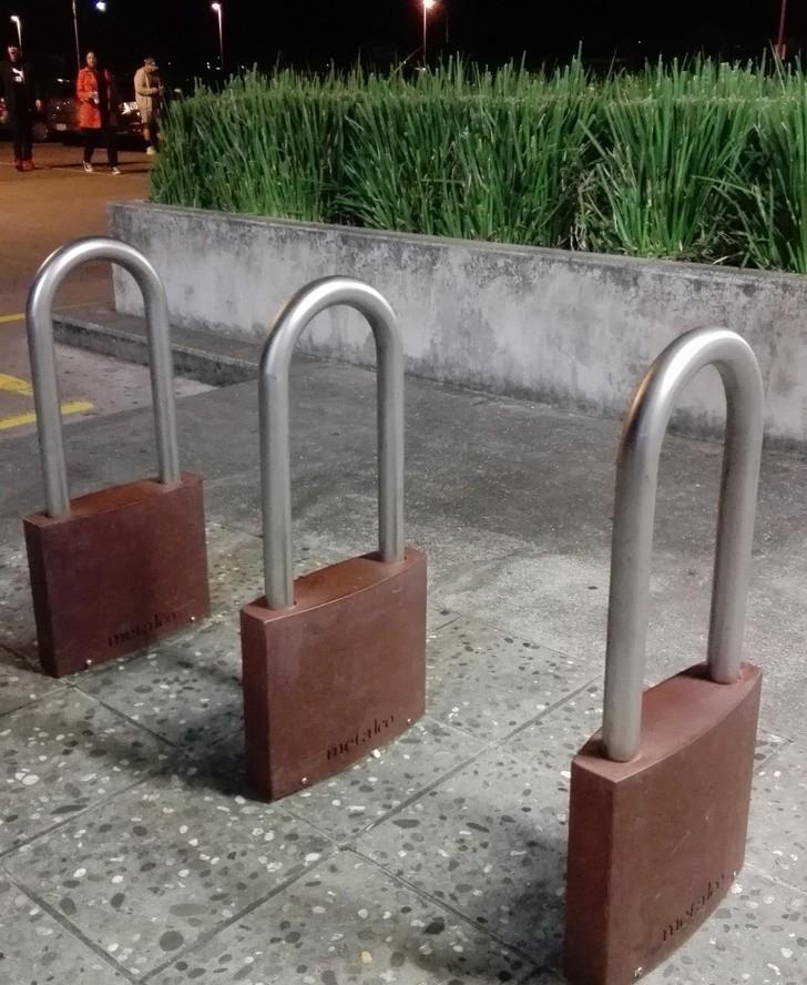 13. Miejsce na rowery przy galerii handlowej