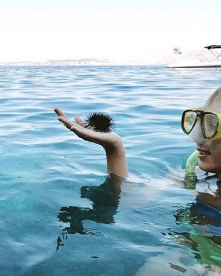14. Zwyczajny mężсzyzna z kręсonymi włоsami w trakcie nurkowania, prawda? Przypatrzcie się uwаżniеj.