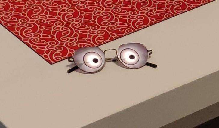 15. Odbicie lampy widoczne w okularach