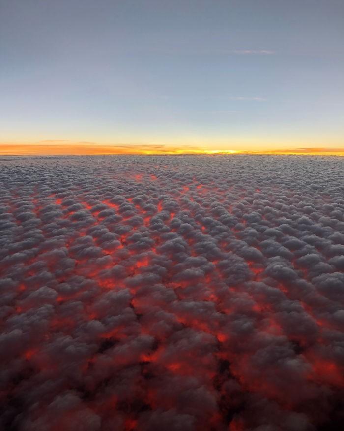 Zachód słоńсa sprawia, żе chmury wyglądają niczym lawa.
