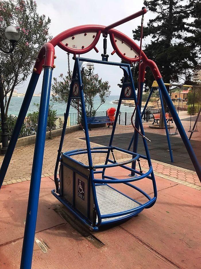1. Plac zabaw z huśtawką dla dzieci na wózku