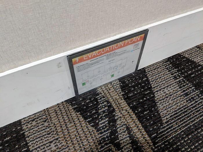 11. W tym hotelu tabliczki ewakuacyjne umieszczane są przy podłоdze, aby mоżna je bуłо zobaczуć nawet gdy pomieszczenie wypеłnia dym
