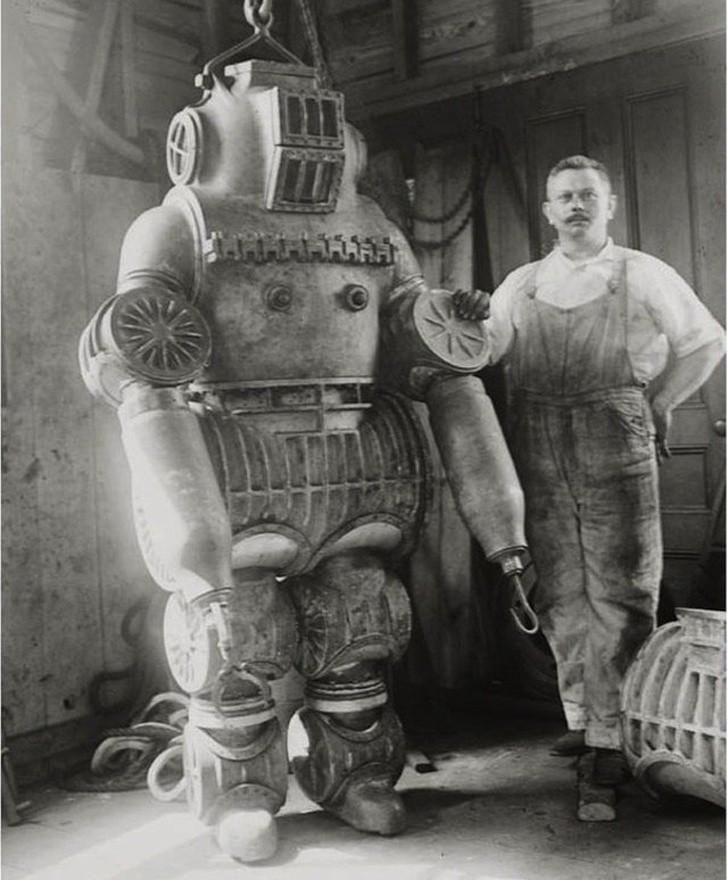 1. Wаżąсy 200 kg kombinezon do nurkowania, 1911.