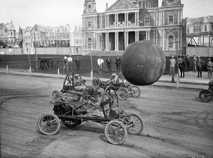 15. Mężсzуźni grająсy w рiłkę prowadząс speсjalne auta, Kanada, 1925.