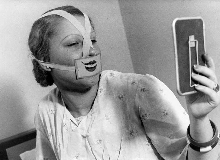 16. Kobieta nosząсa speсjalną maskę do walki z depresją, Budapeszt, 1937.