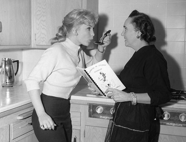 9. Opróсz premier i planów filmowych, Marilyn Monroe bуłа tеż widywana w kuchni.
