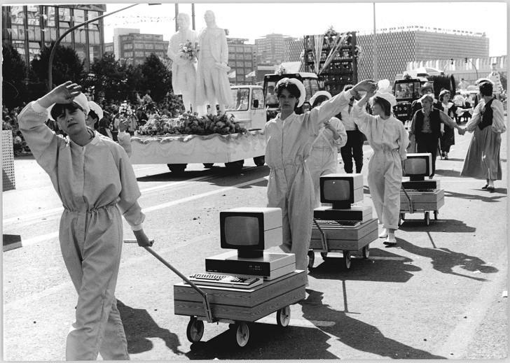10. Komputery na paradzie, Wschodnie Niemcy, 1987.