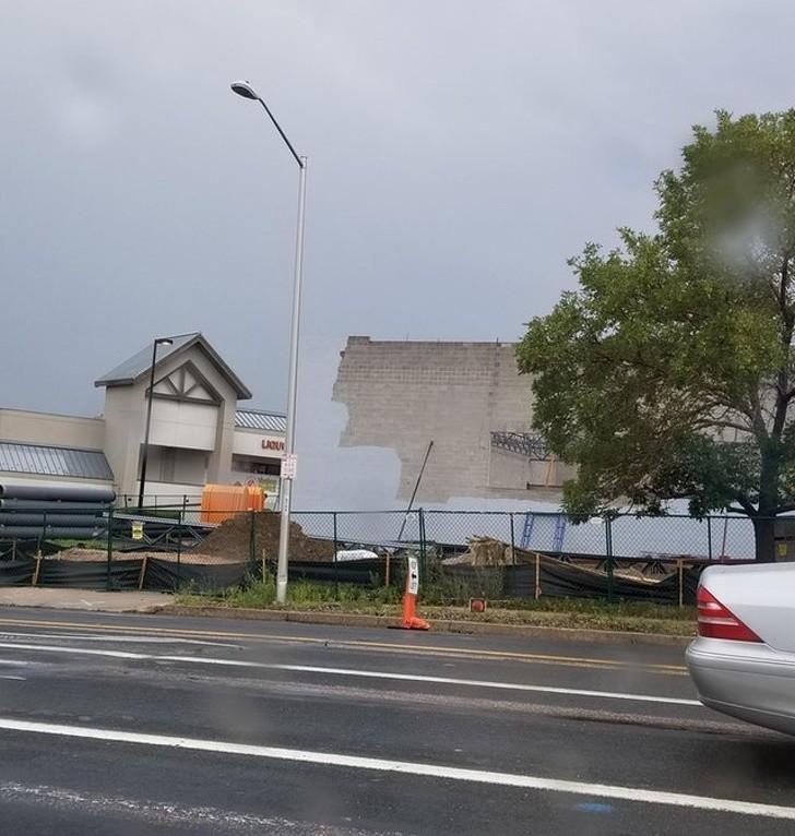 4. Farba na ścianie tego budynku ma identyczny odcień co niebo