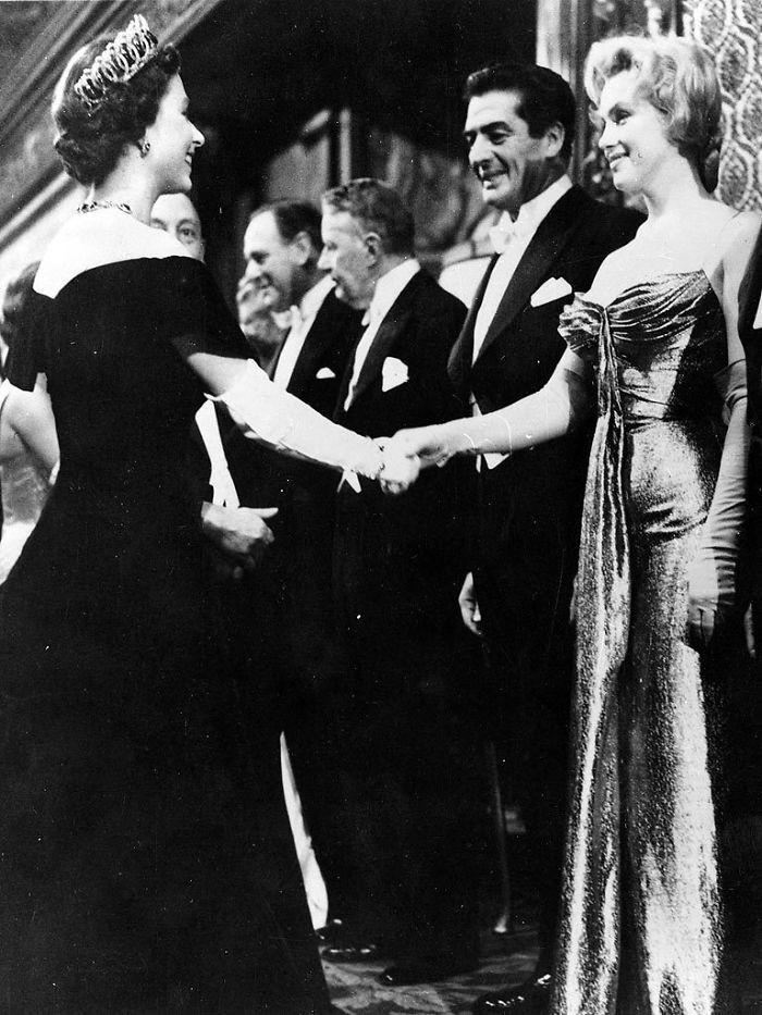 1. Marilyn Monroe i Królowa Elżbieta II urodziły się w tym samym roku. W wieku 30 lat spotkały się ona na premierze filmowej w Londynie, we Wrześniu 1956 roku