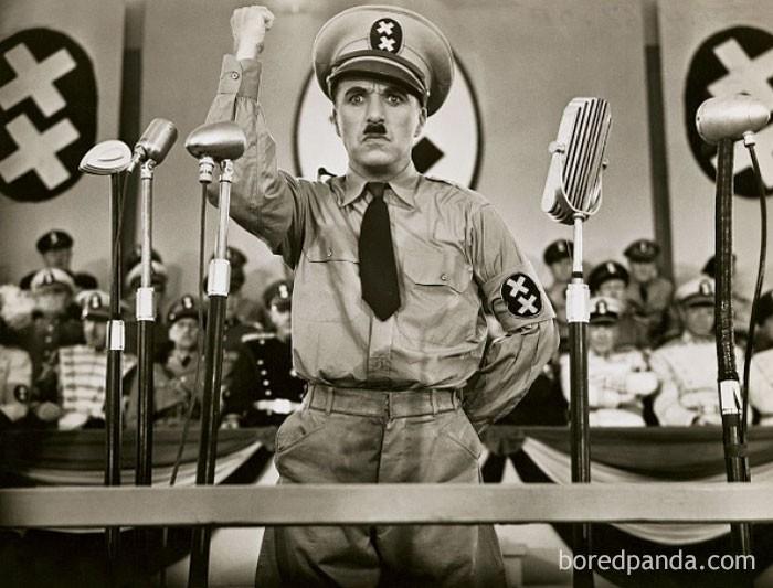 """14. Charlie Chaplin i Adolf Hitler urodzili się w 1889 roku. 51 lat później, Chaplin wcielił się w Hitlera w satyrycznym filmie """"Dyktator"""""""