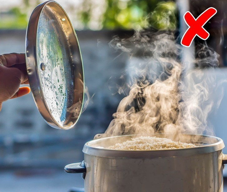 6. Podnoszenie pokrywki podczas gotowania ryżu