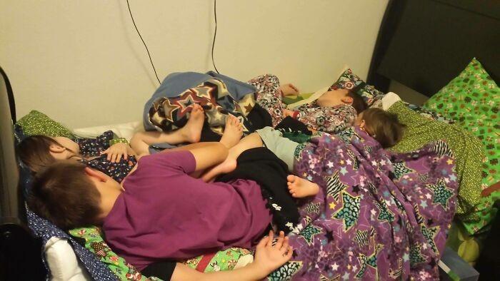 """""""Mamy w domu sześć łóżek."""""""