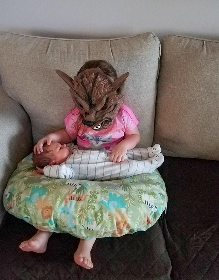 """""""W taki sposób moja siostrzenica trzyma zwykle swojego młodszego brata."""""""