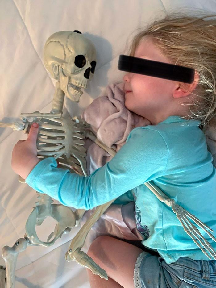 """""""Moja dwuletnia kuzynka szczerze kocha swojego szkieleta."""""""