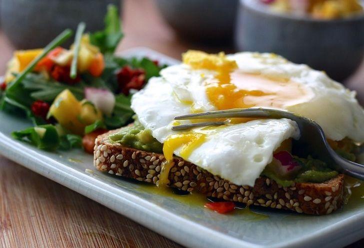 3. Upewnij się, że twoje śniadanie zawiera błonnik i białko.