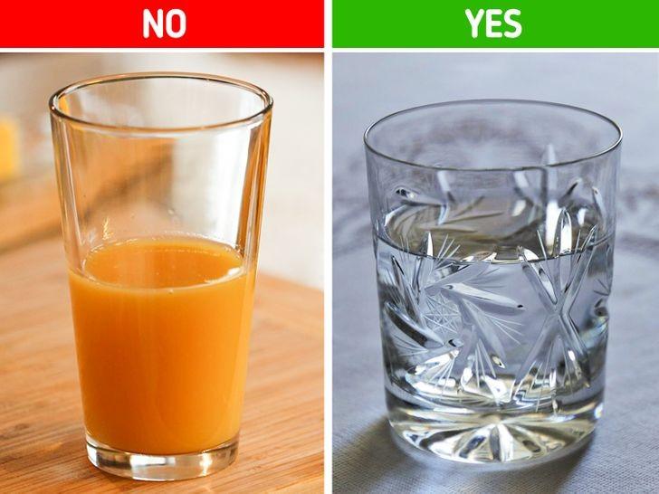 4. Pij wodę zamiast soku.