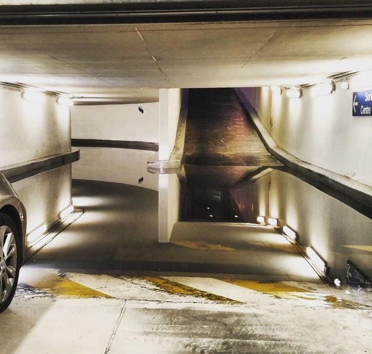 """8. """"Surrealistyczna kałuża na parkingu"""""""