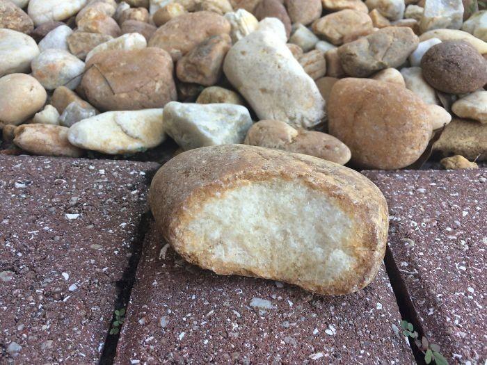 Kamień przypominający nadgryzioną bułkę