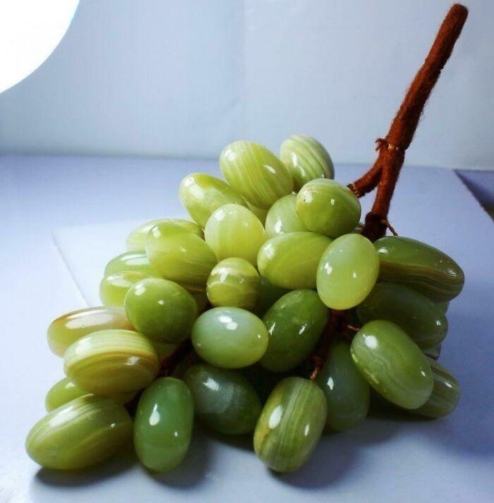 Winogrona wyrzeźbione z zielonego onyksu