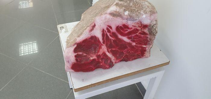 Ten kamień wygląda jak stek.