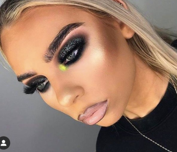 10. Ciężki makijaż…