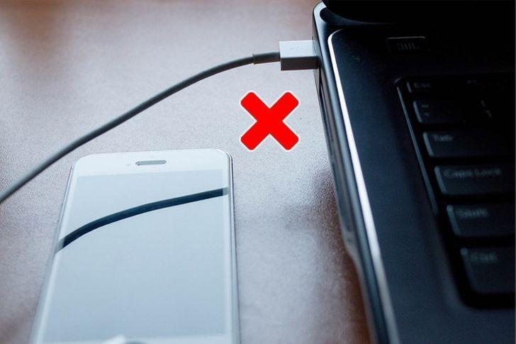 9. Ładujesz telefon z laptopa.
