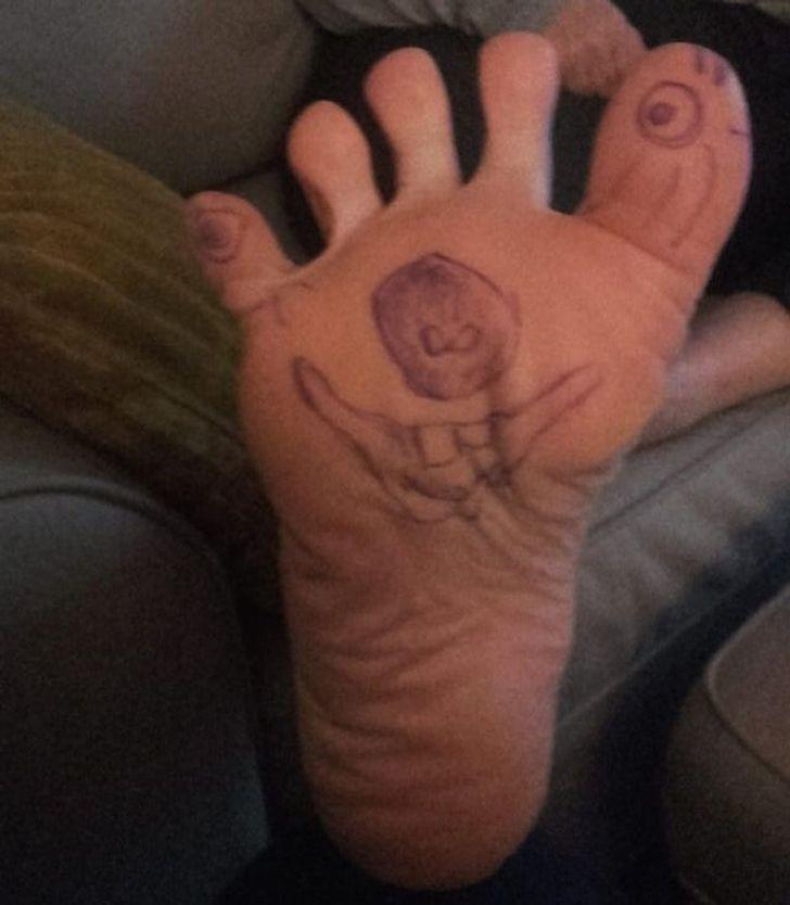 """""""Tata poświęcił czas, by namalować to na stopie mamy."""""""