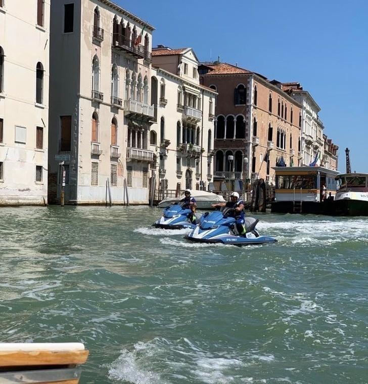 2. Policja w Wenecji porusza się skuterami wodnymi