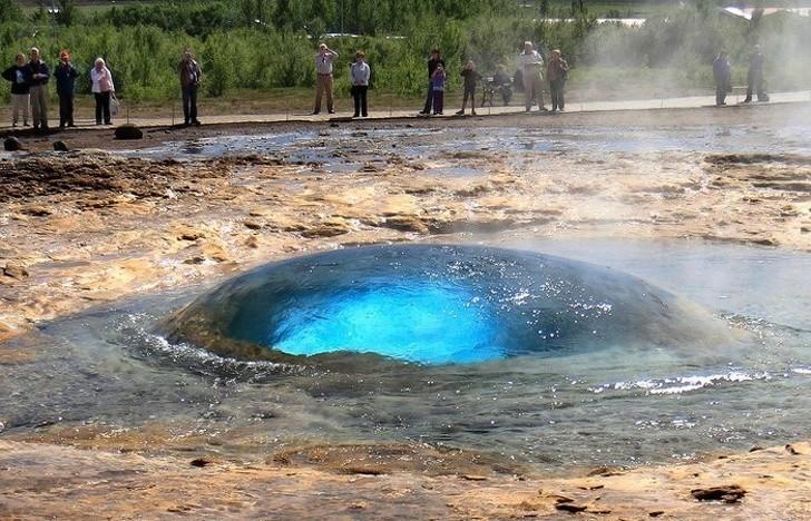 13. Gejzer Strokkur na moment przed erupcją