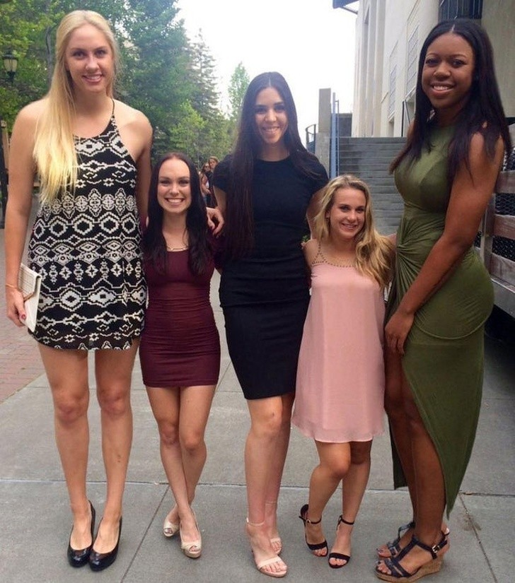 18. Koszykarki stojące obok cheerleaderek
