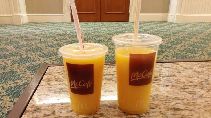 """20. """"Średni"""" i """"duży"""" sok pomarańczowy."""