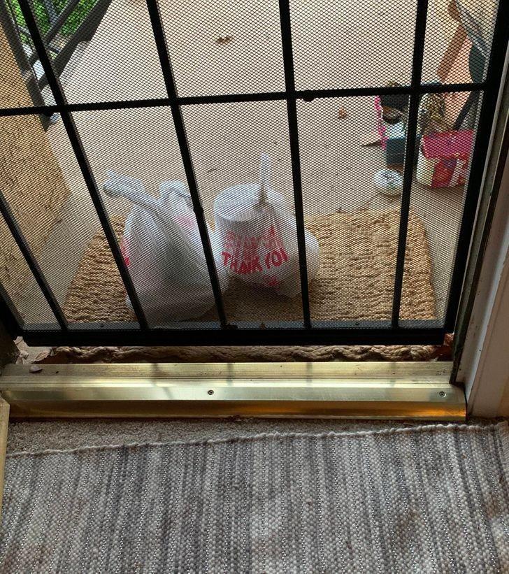 """8. """"Moje jedzenie zostało dostarczone idealnie pod drzwi, tak, że nie mogę ich otworzyć bez przewrócenia opakowań."""""""