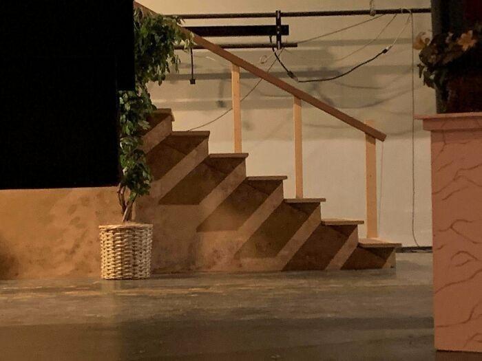 Cień padający na te schody wygląda jak kolejne schody.