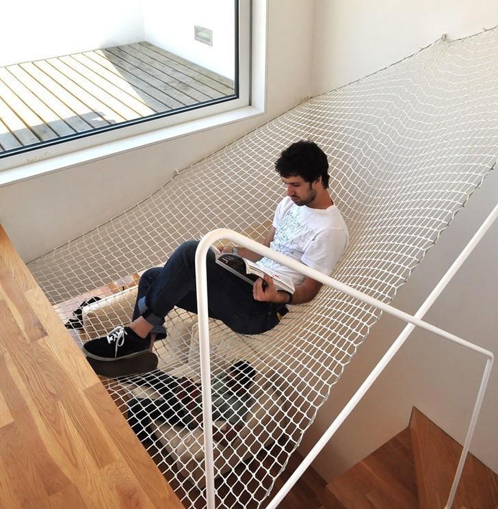 1. Dlaczego by nie zamontować hamaku nad schodami?