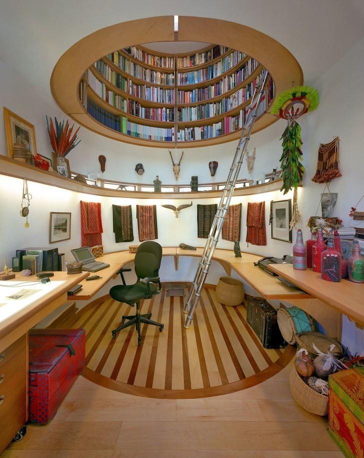 2. Bądź kreatywna i zmień gabinet w sekretną kryjówkę z biblioteczką na suficie.