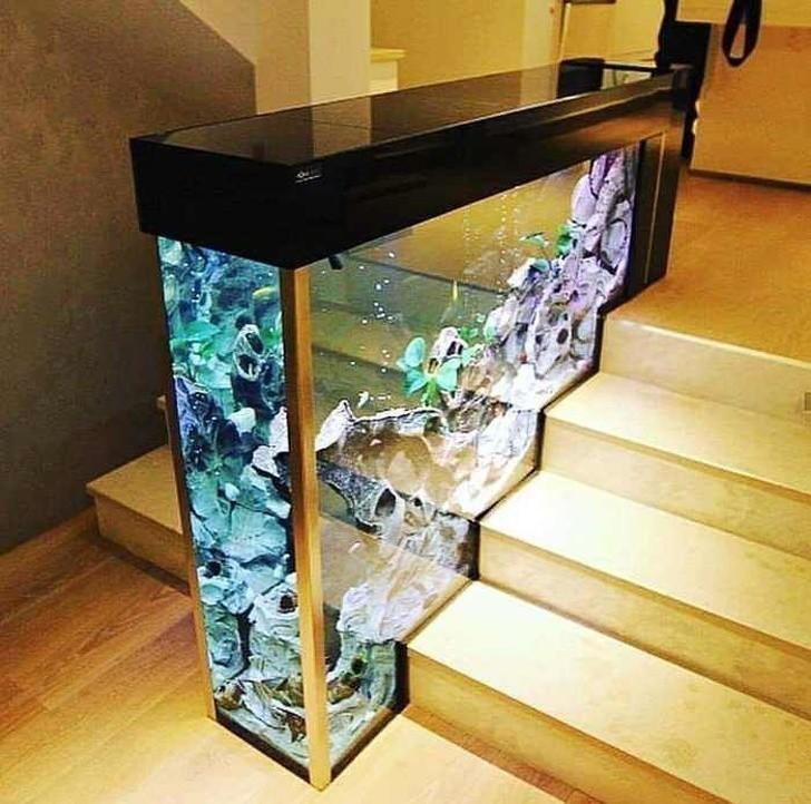 4. Akwarium dekorujące schody to surrealistyczny pomysł.