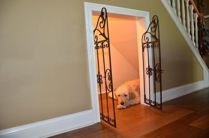 6. Wykorzystaj miejsce pod schodami na stworzenie kącika dla swojego pupila.