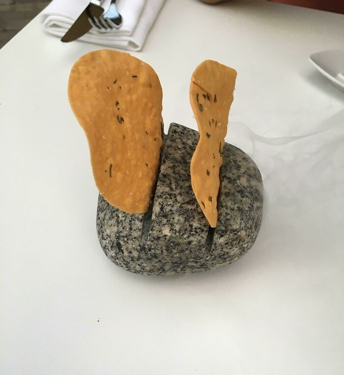 Chipsy serwowane w kamieniu