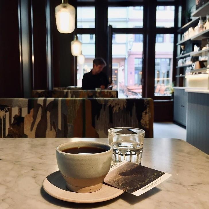 4. Lepiej nie być pierwszym klientem kawiarni.
