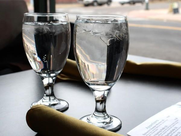 6. Darmowa woda jest tylko dla klientów.
