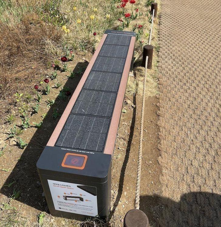 Ławki z wbudowanymi panelami słonecznymi, zapewniające dostęp do darmowych ładowarek
